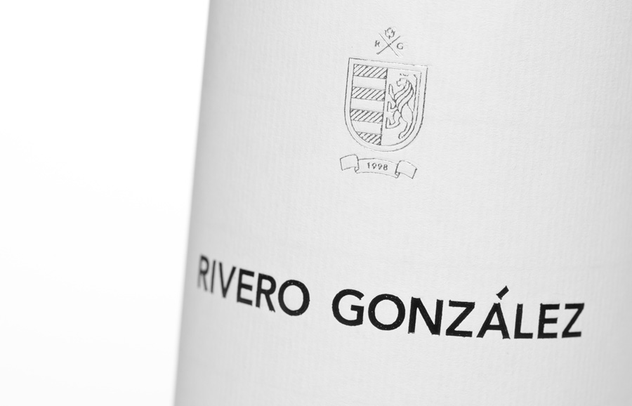 Wine label with silver foil logo developed by Anagrama for Rivero Gonzalez
