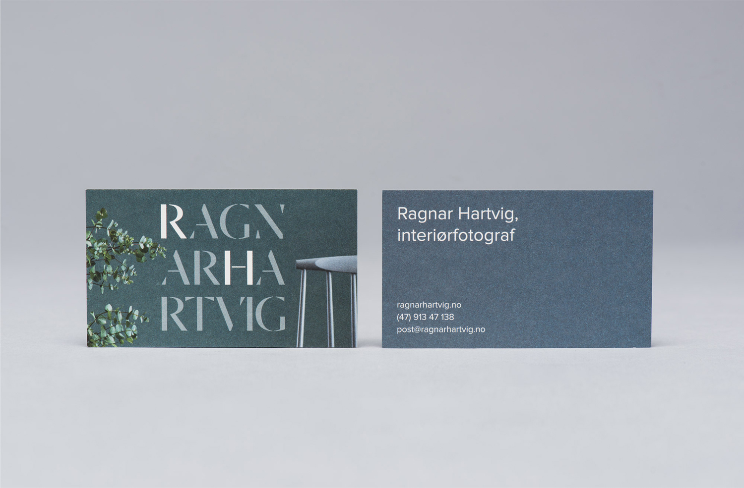 Business cards for Norwegian photographer Ragnar Hartvig by Commando Group. These feature the font Dala Moa and still life images.